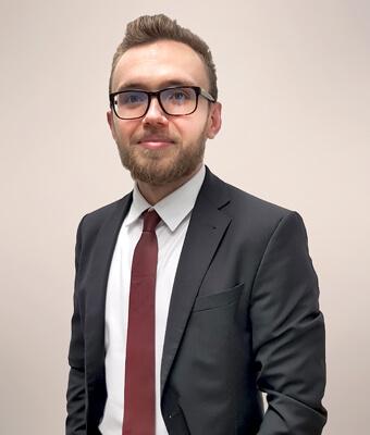 Portraitbild von Brian Härtlein, Anwalt für Mietrecht, Versicherungsrecht, Wohnungseigentumsrecht, Verkehrsrecht und Familienrecht